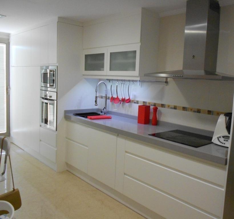 Cocina en blanco combinada con silestone kensho muebles los - Cocinas lacadas en blanco ...